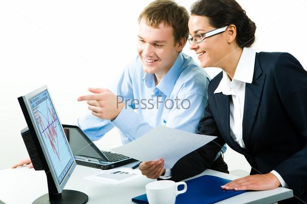 Деловая женщина и мужчина смотрят на монитор компьютера