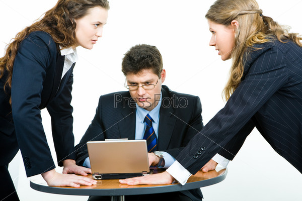 Две молодые женщины в деловой схватке