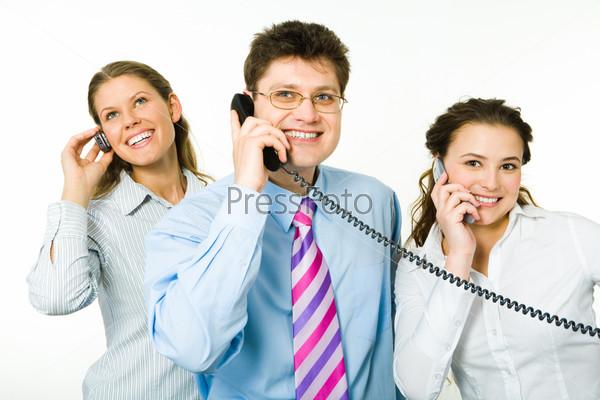 Трое консультантов разговаривают по телефонам