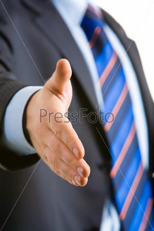 Рука бизнесмена, протянутая для рукопожатия