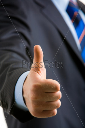 Рука мужчины с большим пальцем вверх после заключения сделки