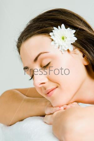 Молодая красивая женщина отдыхает в салоне красоты