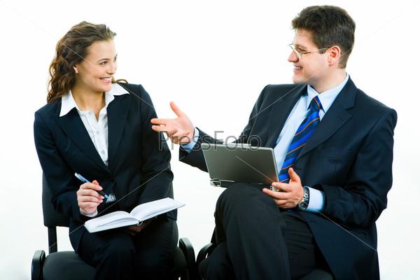 Двое деловых партнеров сидят и смотрят друг на друга
