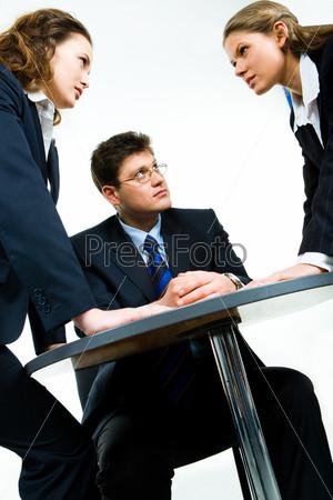Бизнесмен смотрит на одну из агрессивных женщин