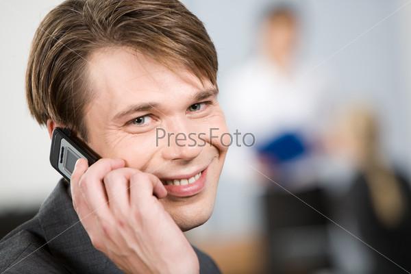 Фотография на тему Бизнесмен разговаривает по мобильному телефону