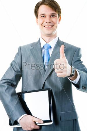 Счастливый бизнесмен с ноутбуком держит большой палец кверху