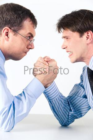 Соревнование деловых людей: двое бизнесменов занимаются армрестлингом