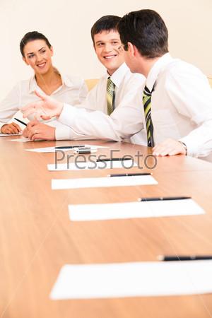 Фото бизнесменов, обсуждающих новую стратегию