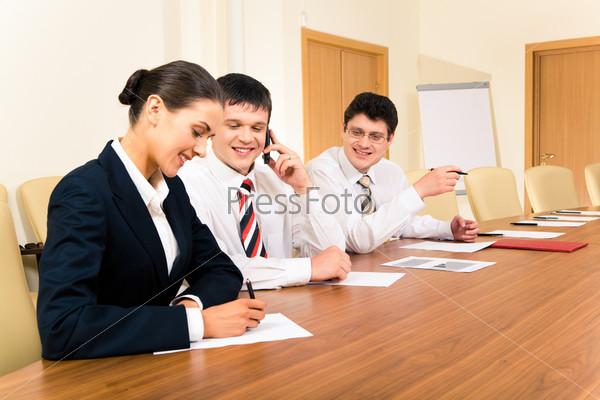 Уверенные бизнесмены смотрят на красивого секретаря на встрече