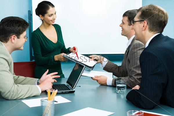 Деловая команда работает в офисе за столом