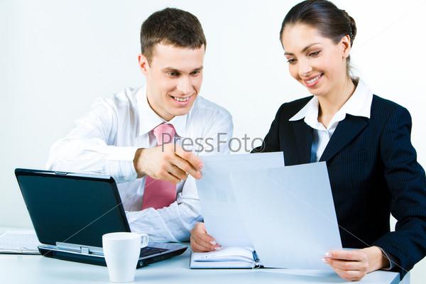 Двое деловых партнеров планируют работу на встрече