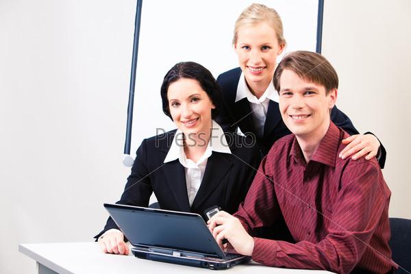 Успешные деловые партнеры сидят в рабочем кабинете