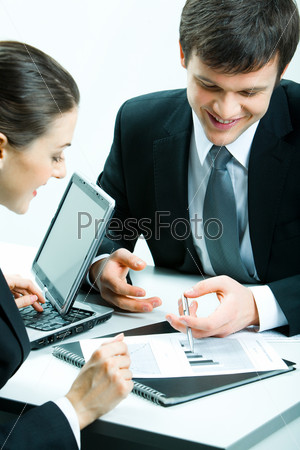 Двое деловых партнеров смотрят на документ на встрече
