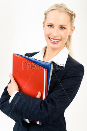 Молодой специалист держит в руках папки и смотрит в камеру