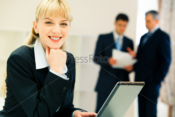 Фотография на тему Счастливая деловая женщина смотрит в камеру в офисе