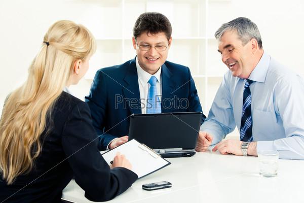 Успешный менеджер и его начальник смотрят на экран ноутбука
