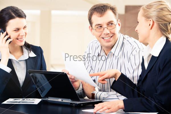 Успешная деловая команда работает в офисе
