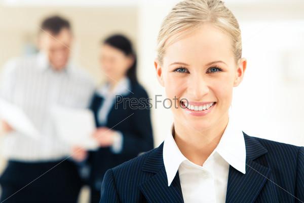 Лицо успешной деловой женщины, смотрящей в камеру с улыбкой