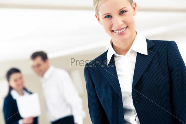 Фотография на тему Красивая блондинка смотрит в камеру с улыбкой