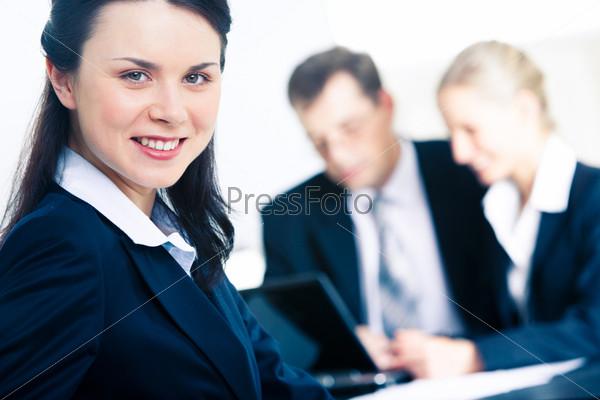 Уверенный профессионал смотрит в камеру с улыбкой