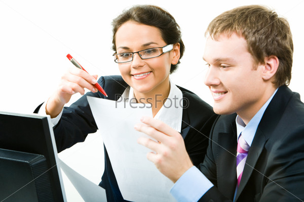 Деловая женщина и бизнесмен смотрят на документ