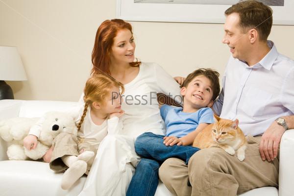 Фотография на тему Любопытные дети и женщины слушали внимательно человеку рассказывать интересную историю