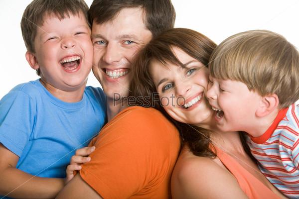 Фото смеющихся членов семьи, которые с удовольствием проводят вместе время