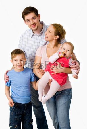 Женщина с маленькой девочкой на руках смотрит на мужа, рядом стоит сын