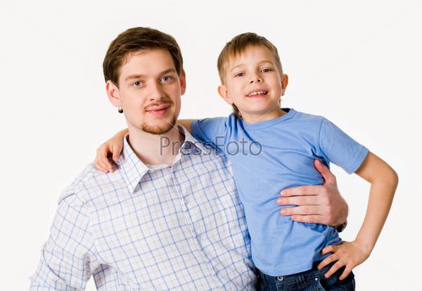 Папа и сын обнимают друг друга на белом фоне
