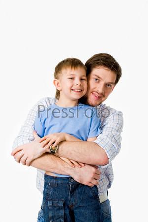 Отец обнимает смеющегося сына