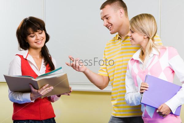 Студентка показывает своим одногруппникам свою курсовую работу