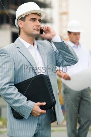 Инженер звонит своему начальнику и докладывает о результатах строительства