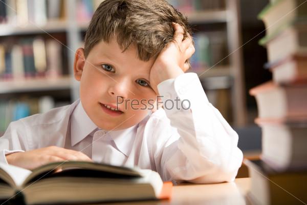 Школьник в библиотеке