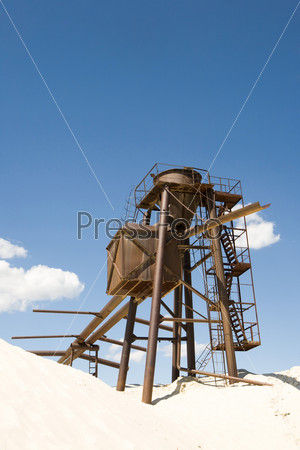 Изображение металлической конструкции в песке