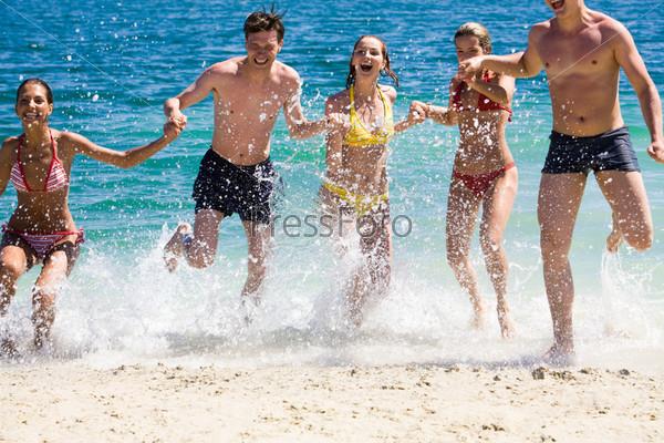 Счастливая компания выбегает из озера держась за руки