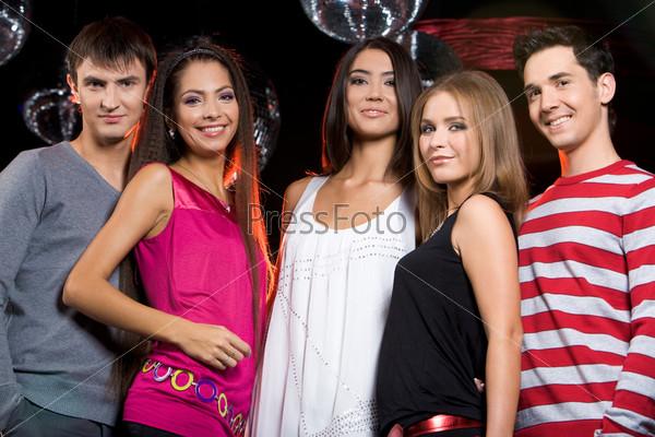 Компания стильных молодых людей в клубе