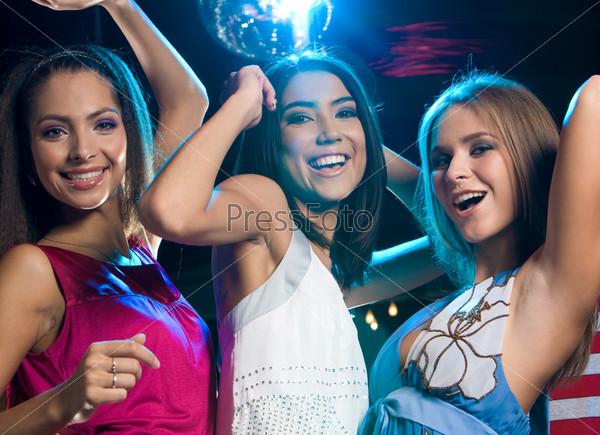Три молодых и красивых подруги развлекаются на вечеринке