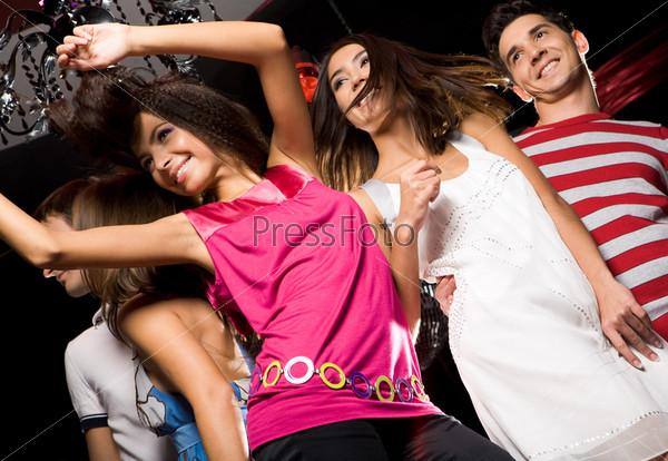 Молодежь развлекается на вечеринке в клубе