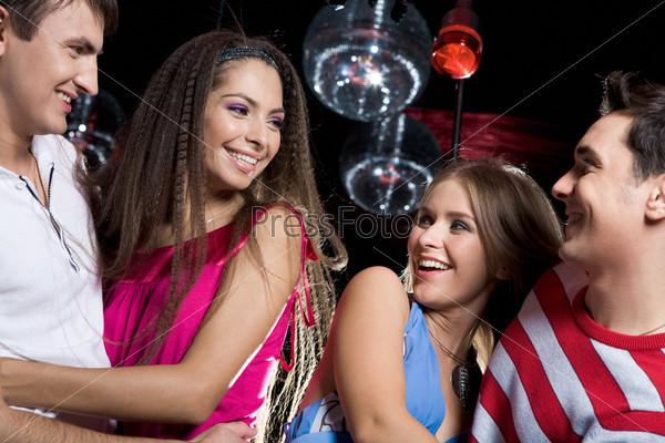 Две молодые пары проводят время на ночной тусовке в клубе