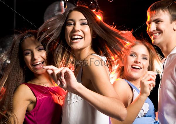 Молодежная компания веселится в ночном клубе