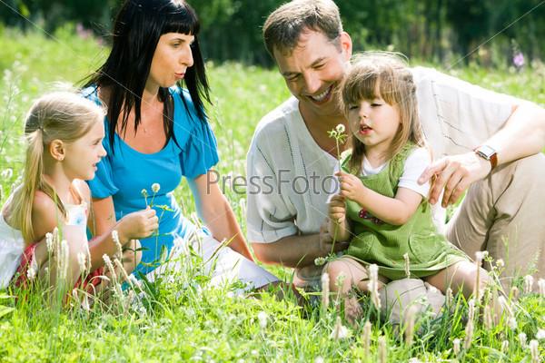 Счастливая семья отдыхает на природе