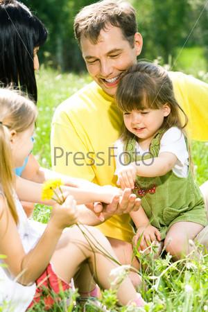 Счастливая семья общается на природе