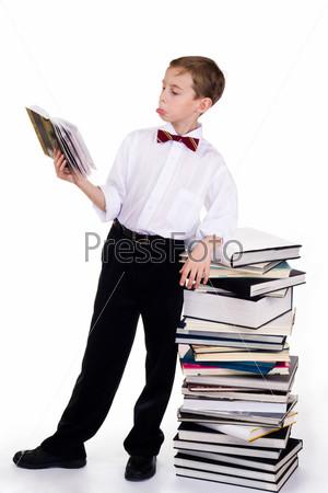 Фотография на тему Озадаченный ребенок смотрит в книгу