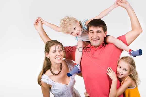 Счастливая семья позирует в камеру и смеется