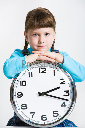 Фотография на тему Девочка держит в руках большие часы