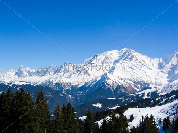 Панорамный вид горных заснеженных склонов