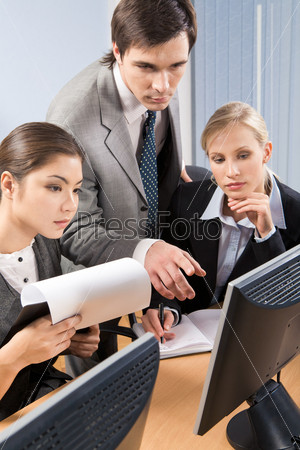 Руководитель проектной группы объяснет сотрудникам задание