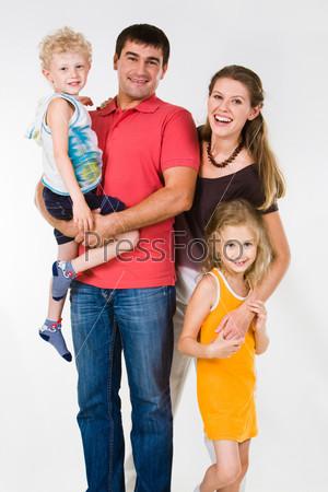 Счастливые родители обнимают своих детей