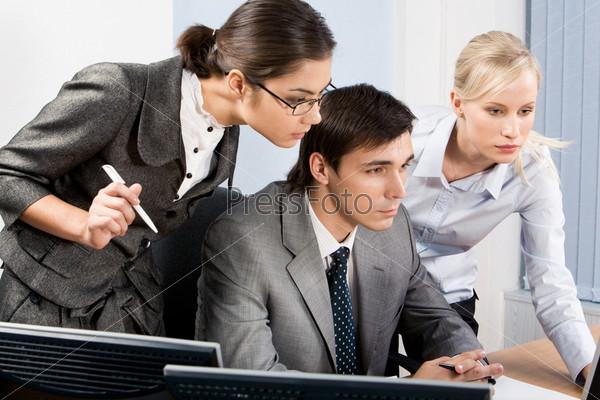 Фотография на тему Совместная работа сторудников над проектом в офисе