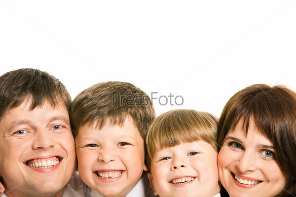 Крупный план лиц дружной семьи в ряд